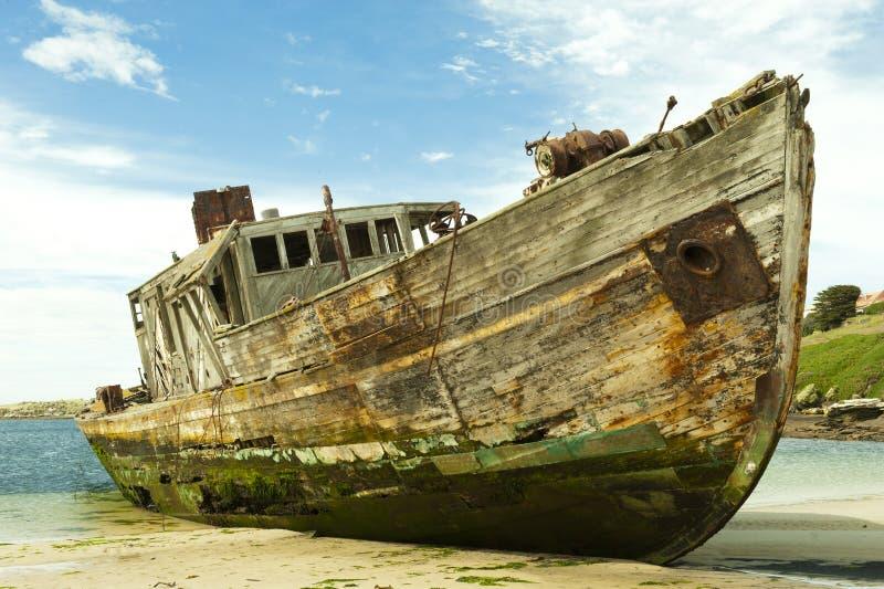 Schipbreuk van een oud houten schip stock fotografie