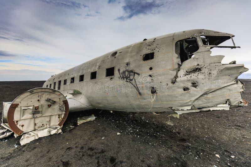 Schipbreuk van verpletterd vliegtuig op de kust van IJsland royalty-vrije stock fotografie