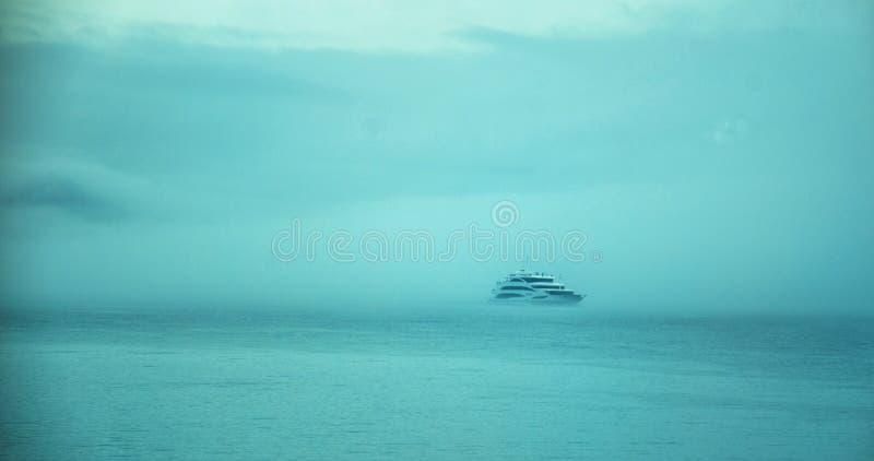 Schipcruise over het meer in de mist royalty-vrije stock foto