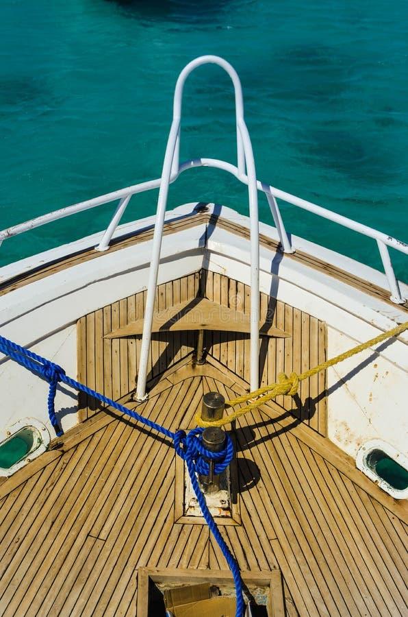 Schipdek met blauwe kabel en gele kabel stock foto