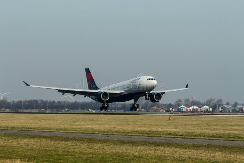 Schiphol flygplats, norr Holland/Nederländerna - Februari 16 2019: Delta Air Lines flygbuss A330-200 N851NW arkivbild