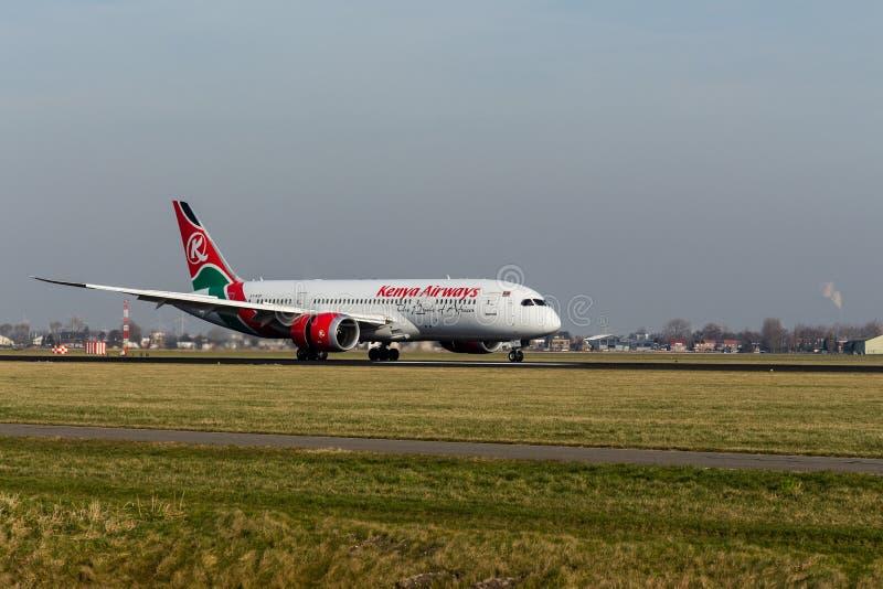 Schiphol flygplats, norr Holland/Nederländerna - Februari 16 2019: Kenya Airways Boeing 787-8 Dreamliner 5Y-KZF arkivbild