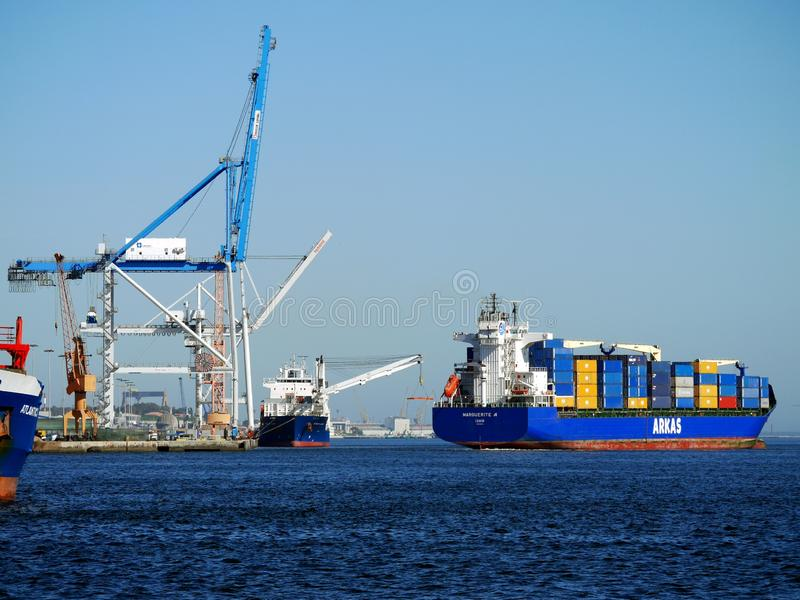 Schipmanoeuvres bij Containerhaven stock fotografie