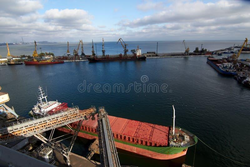 Schipmeertros Grote korrelterminal bij zeehaven Voorbereiding van graangewassen bulkoverscheping aan schip De gewassen van de lad stock afbeeldingen