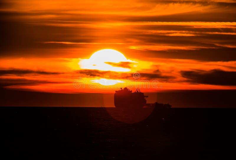 Schipsilhouet bij de zonsondergang royalty-vrije stock foto's