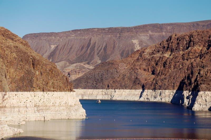 Schipzeilen op Meerweide bij Hoover-Dam stock afbeeldingen