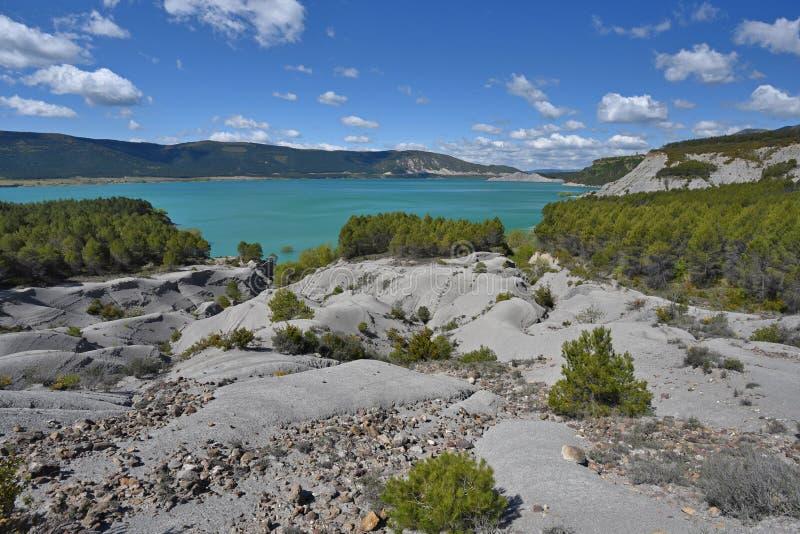 Schistose banki błękitny jeziorny Yesa zdjęcie stock