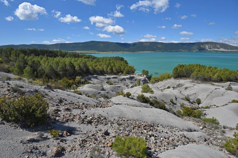 Schistose banki błękitny jeziorny Yesa obrazy royalty free