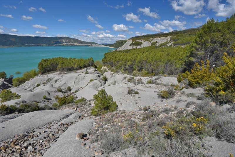 Schistose banki błękitny jeziorny Yesa fotografia stock