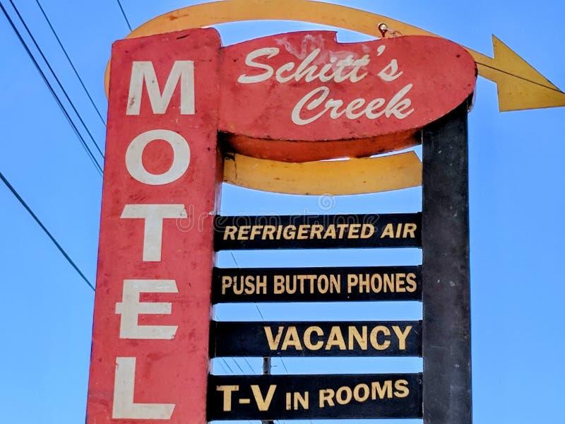 Schitt ` s zatoczki motelu znak jak uwypuklający w Schitt ` s zatoczki serialach telewizyjnych obraz royalty free
