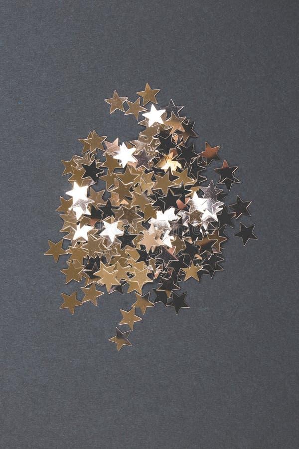 Schitter van verzilvert sterren op een grijze achtergrond stock afbeelding