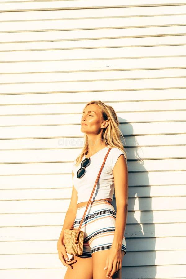 Schitterend blonde in de code van de de zomerkleding royalty-vrije stock afbeelding