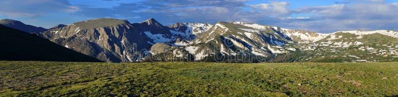 Schitterend breed panorama van het rotsachtige hoge alpiene landschap van het bergen nationale park, Colorado royalty-vrije stock afbeelding