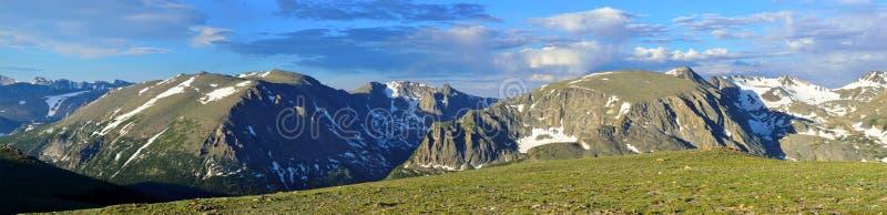 Schitterend breed panorama van het rotsachtige hoge alpiene landschap van het bergen nationale park, Colorado royalty-vrije stock foto's
