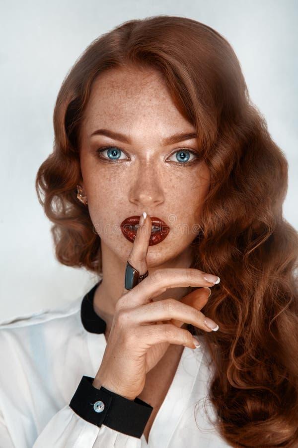 Schitterend brunette met sproeten in studio royalty-vrije stock foto's