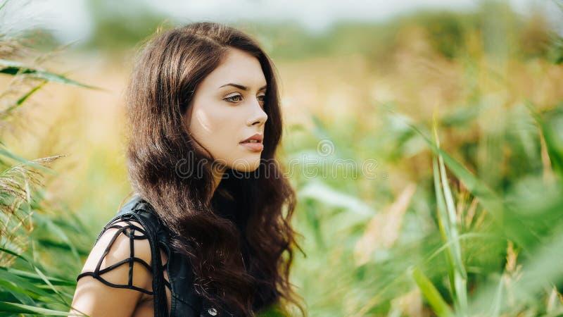Schitterend brunette in openlucht stock fotografie
