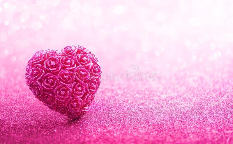 Schitterend die Hart op Roze Achtergrond wordt gevormd royalty-vrije stock afbeeldingen