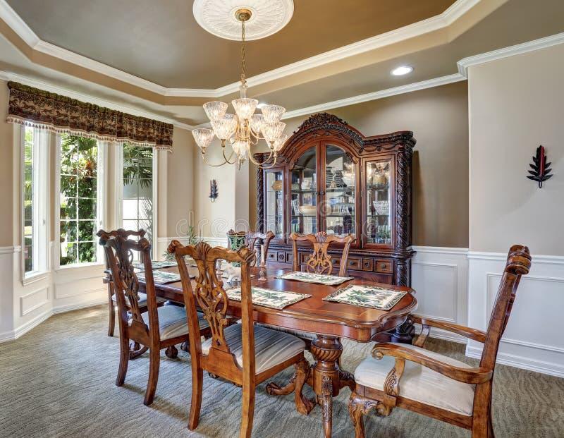 Schitterend eetkamer binnenlands ontwerp met uitstekend meubilair royalty-vrije stock foto's