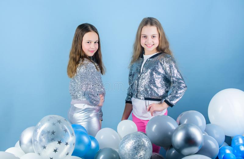 Schitterend en mooi Kleine mannequins Modieuze kinderen in manierkleding Meisjes met aanbiddelijk royalty-vrije stock afbeeldingen