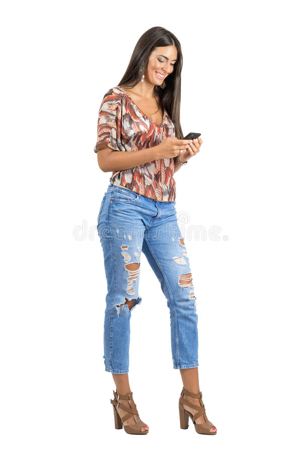 Schitterend gelukkig Spaans schoonheid het typen bericht op haar mobiele telefoon royalty-vrije stock foto