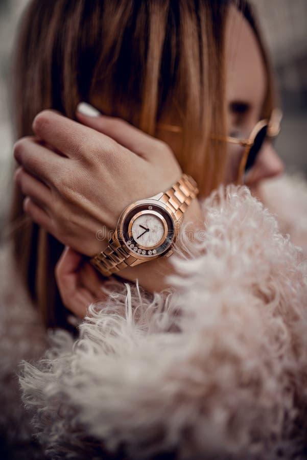 Schitterend gouden horloge op vrouwenhand stock foto