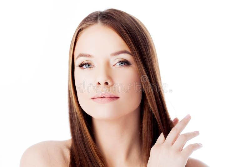 Schitterend Haar portret van een mooi meisje met lang zijdeachtig haar Aantrekkelijke Jonge Vrouw royalty-vrije stock afbeeldingen