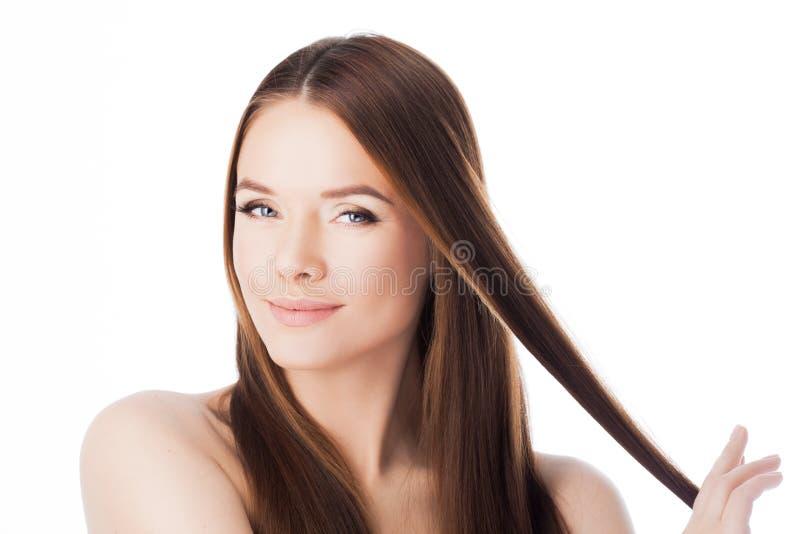 Schitterend Haar portret van een mooi meisje met lang zijdeachtig haar Aantrekkelijke jonge vrouw met een bundel van haar stock foto