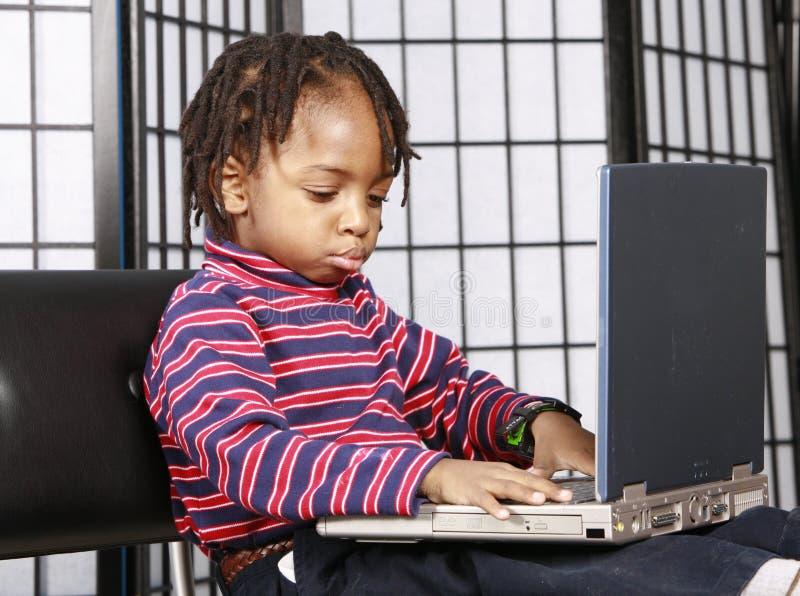 Schitterend jong geitje met een computer royalty-vrije stock afbeelding