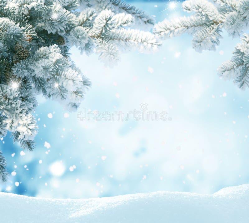 Schitterend landschap met sneeuw bedekte bosjes en sneeuwvlokken royalty-vrije stock foto's