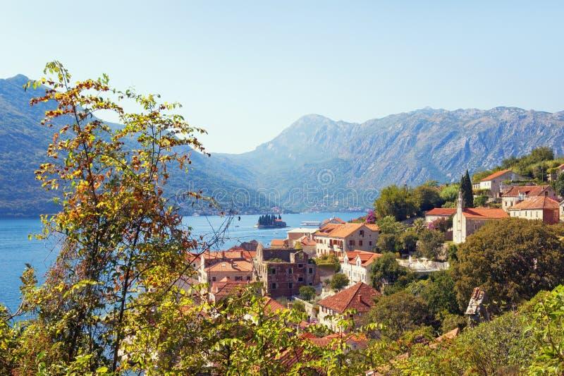 Schitterend mediterraan landschap in het najaar Montenegro, baai van Kotor Weergave van de stad Perast royalty-vrije stock foto