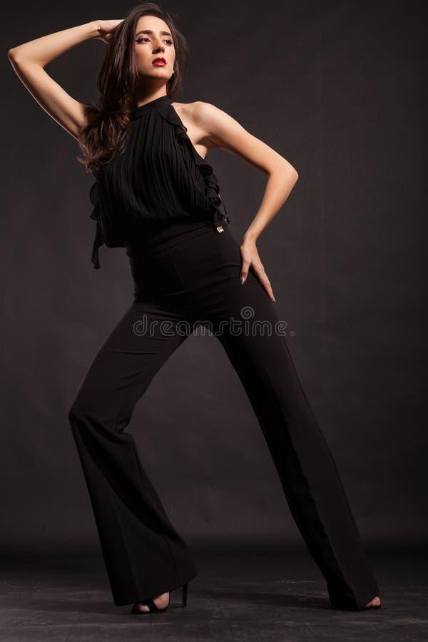 Schitterend modesodel met zwarte broek in studio stock afbeelding