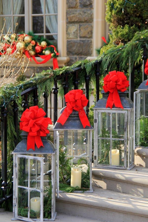 Schitterend onthaal in Kerstmislantaarns die trap voeren aan huis royalty-vrije stock afbeeldingen