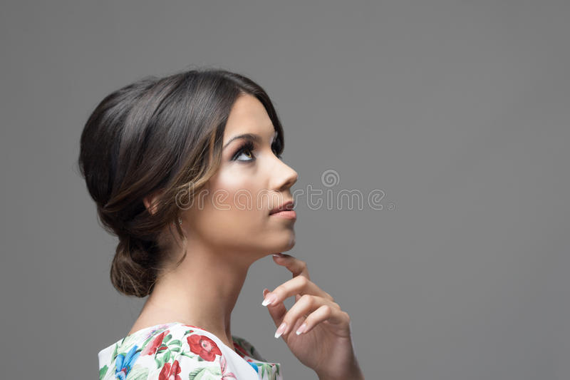 Schitterend profiel van Latijnse Spaanse schoonheidsvrouw met vinger onder en kin die omhoog denken eruit zien royalty-vrije stock foto