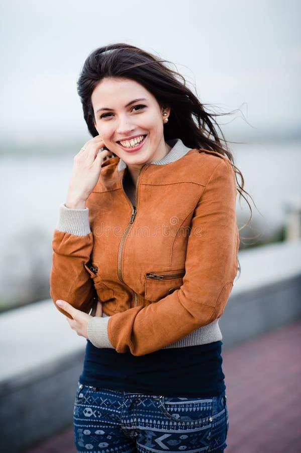 Schitterend Romantisch Meisje in openlucht Lang haar dat in de wind blaast Selectieve nadruk stock afbeeldingen