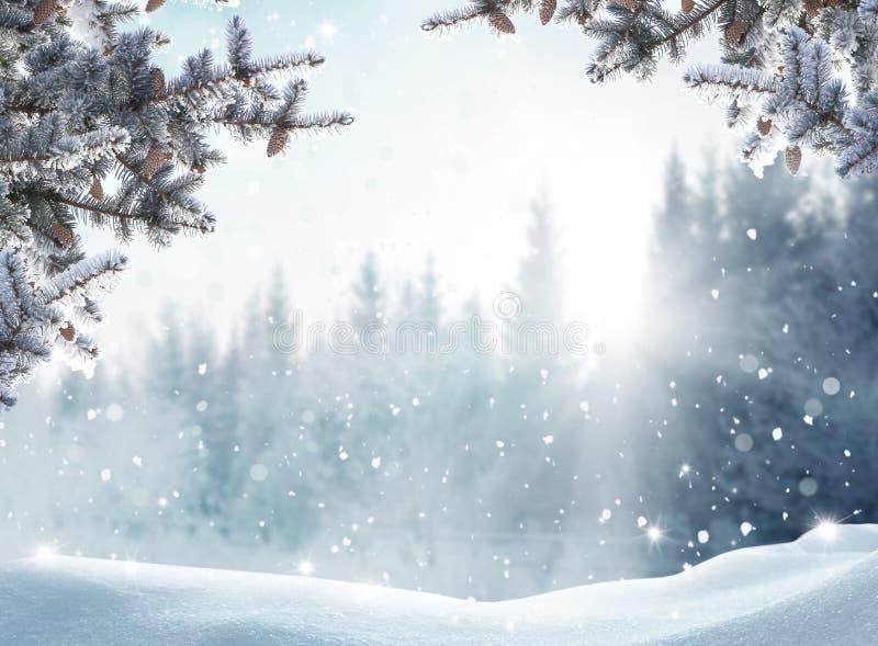 Schitterend winterlandschap met sneeuwbedekte bomen Vrolijk Kerstfeest en vrolijke Nieuwjaarsgroet achtergrond royalty-vrije stock foto's