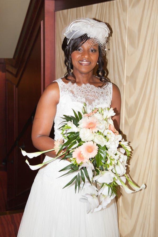 Schitterende Afrikaanse Amerikaanse bruid die de camera bekijken stock foto's