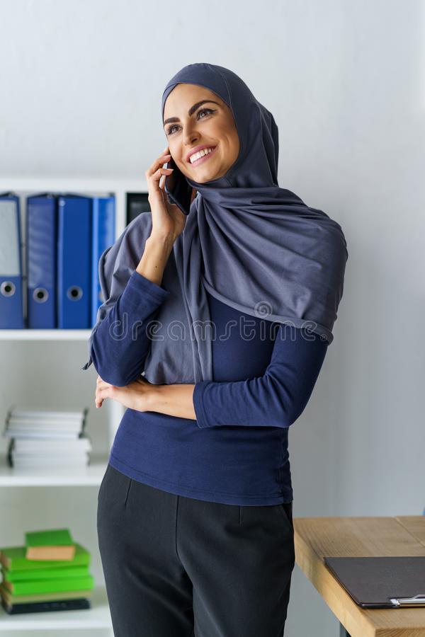 Schitterende Arabische vrouw in bureau royalty-vrije stock fotografie