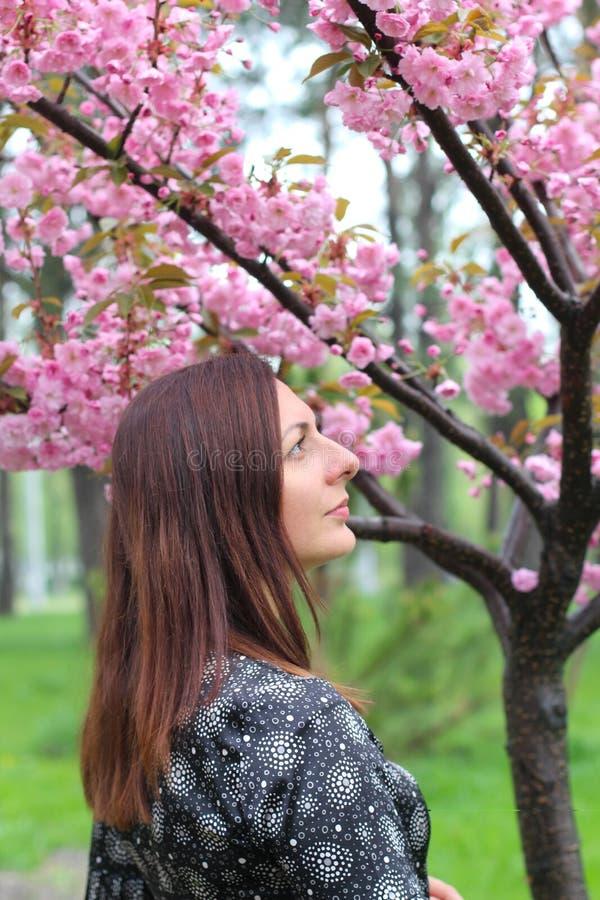 Schitterende Aziatische vrouw die met de perfecte samenstelling van de huid creartive kunst de in witte Japanse bloem van kimono  royalty-vrije stock afbeeldingen