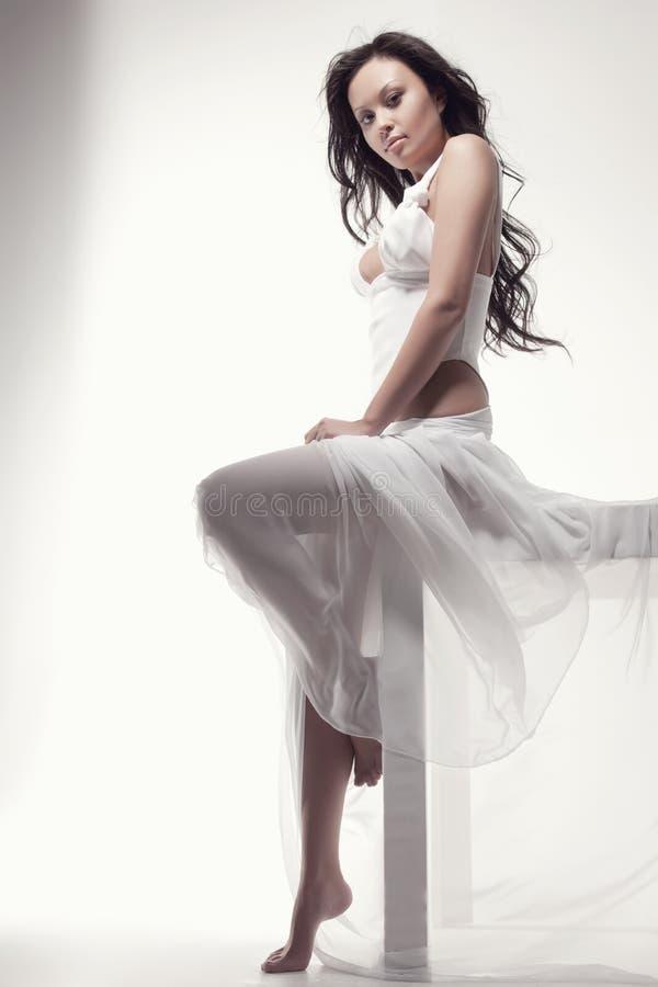 Schitterende Aziatische vrouw in witte kleding stock foto