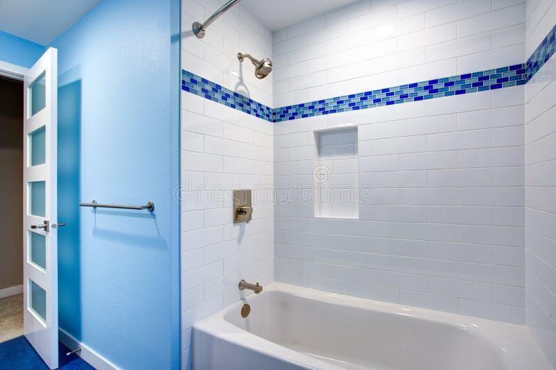 Schitterende badkamers met blauwe muren royalty-vrije stock afbeelding