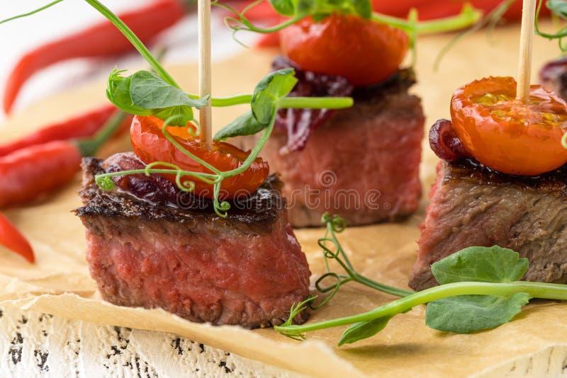 Schitterende banquettafel voor catering met een assortiment aan verschillende snacks en eetlust op het bedrijf royalty-vrije stock fotografie