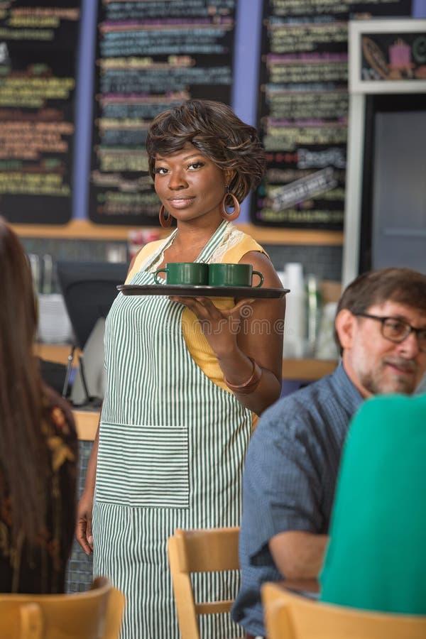 Schitterende Barista Serving Coffee royalty-vrije stock foto