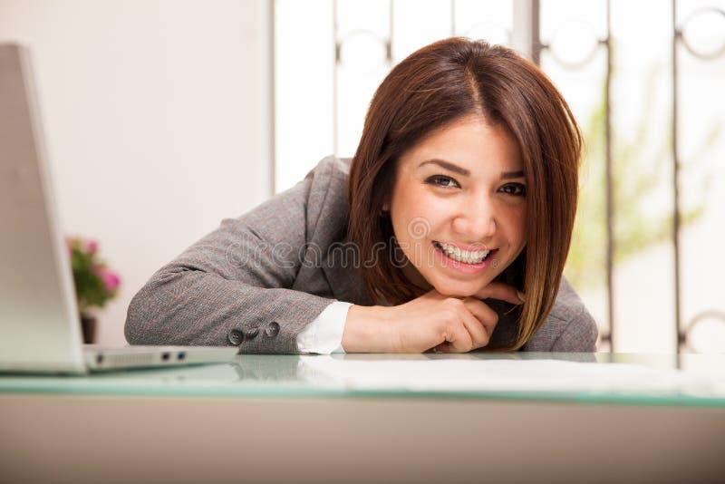 Schitterende bedrijfsvrouw op het werk stock foto's