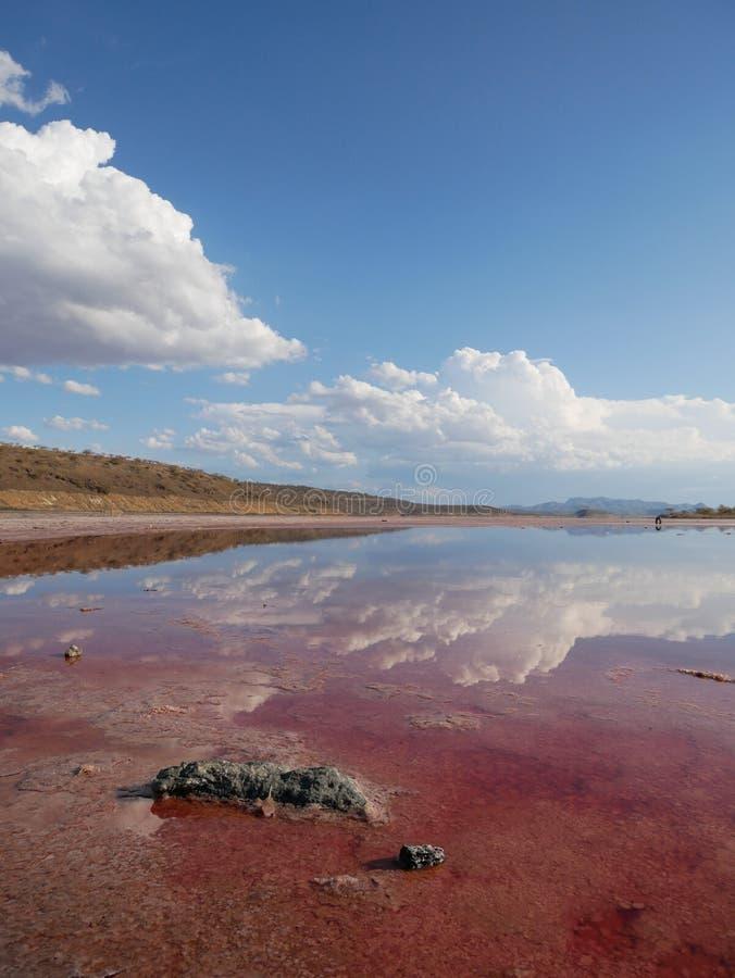 Schitterende bezinning over duidelijke wateren stock fotografie
