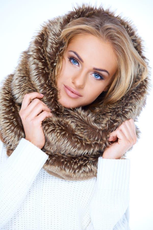Schitterende blauwe eyed vrouw op de wintermanier royalty-vrije stock fotografie