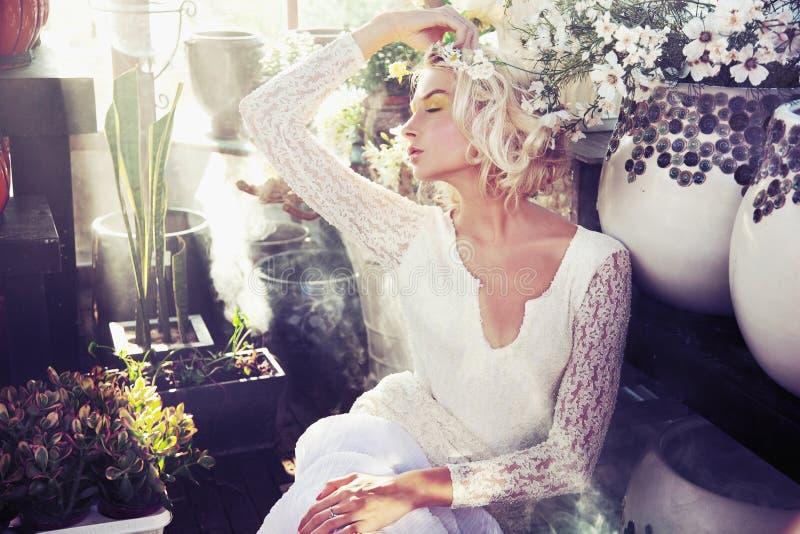 Schitterende blonde schoonheid royalty-vrije stock afbeelding