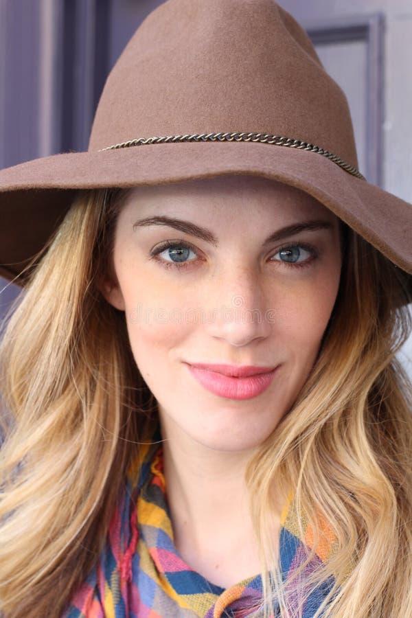 Schitterende blondevrouw in hoed royalty-vrije stock afbeeldingen