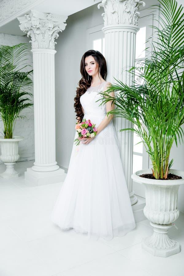 Schitterende bruid in de kleding van het luxehuwelijk Bruid royalty-vrije stock foto's