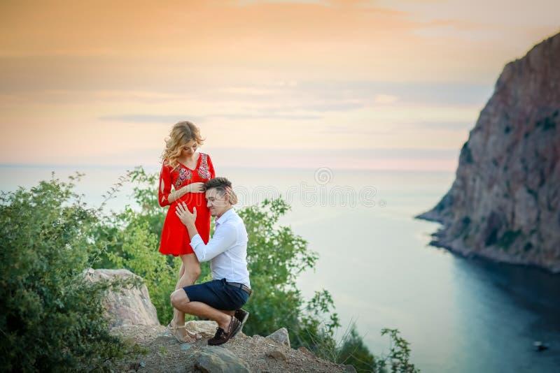 Schitterende bruid en modieuze bruidegom die bij zonnig landschap, huwelijkspaar, de bergen van de luxeceremonie met verbazende m stock afbeeldingen