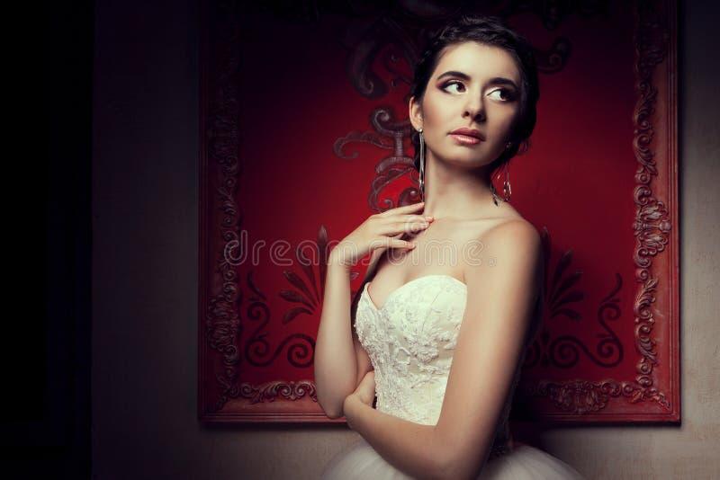 Schitterende bruid in huwelijkskleding in uitstekend binnenland stock afbeelding